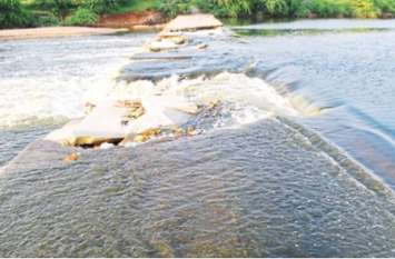 टूटे पुल पर बह रहा पानी, रोजाना बीस किलोमीटर का सफर करते हैं ग्रामीण