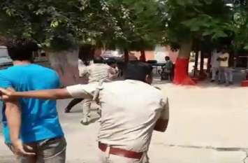 Live video: पुलिस कस्टडी में आराेपी मनचले काे पीटना पड़ा महंगा, देखिए थाने में घटी ये घटना