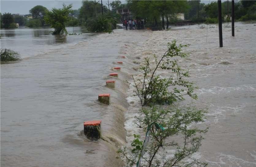 video: लगातार बारिश से बिगड़ने लगे हालात, गांवों का कटा संपर्क, नदियां उफान पर