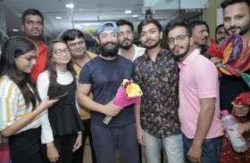Watch- बॉलीवुड फ़िल्म अभिनेता आमिर खान का राजस्थानी परम्परा से हुआ स्वागत