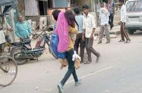 सड़क पर घायल पड़ी महिला को गोद में लेकर भागने लगा युवक तो हर कोई हैरान रह गया