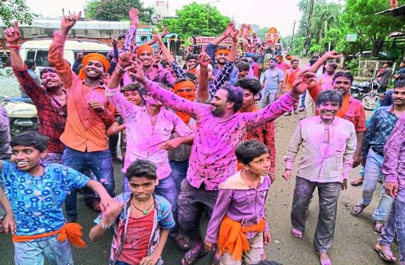 नाचते-गाते गणपति बप्पा को दी विदाई