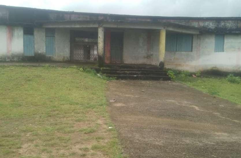 सामुदायिक भवन में 14 वर्ष से संचालित हो रहा छात्रावास