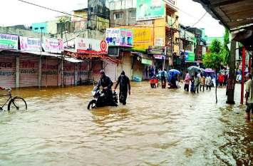 MP में बारिश की मार के चलते स्कूल और धर्मशालाओं में ठहरने को मजबूर हुए लोग! दूसरों के घरों से पहुंचाया खाना