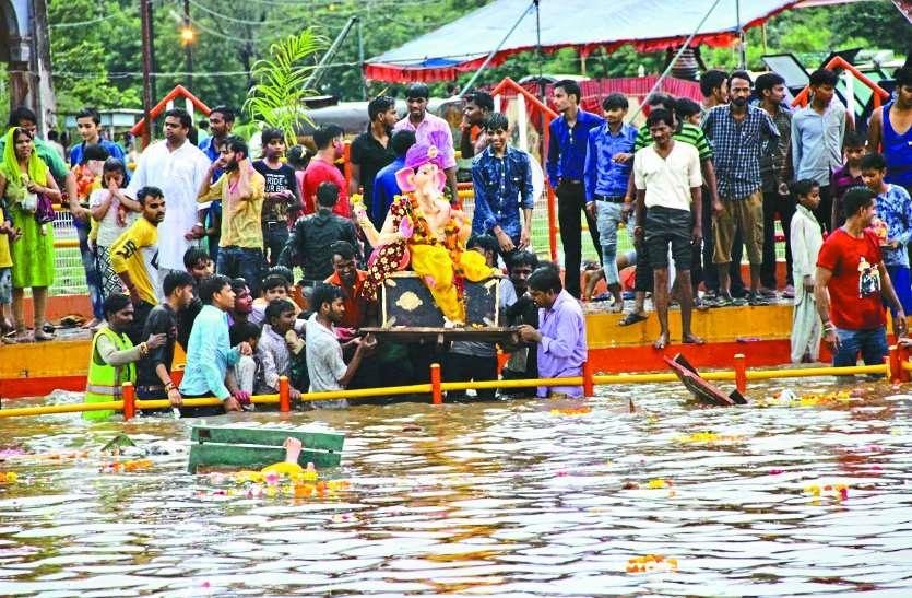 गणपति बप्पा मोरया...जयकारों के साथ गजानन ने किया जलविहार, इन नियमों का रखें ध्यान