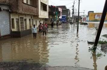 पुल पर पानी होने पर भी निकाल रहे वाहन दुकानों में भरा पानी, स्कूलों की हुई छुट्टी
