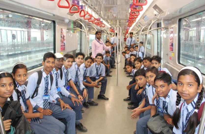 हिंदी दिवस पर लखनऊ मेट्रो में छात्रों ने लोगों को किया जागरूक