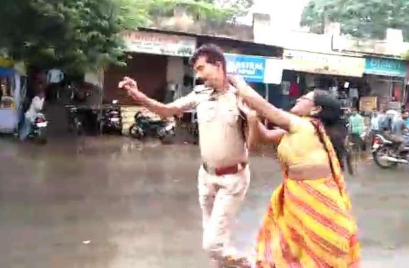 बीच सड़क पर आबकारी उप निरीक्षिक को डंडों से पिटती रही महिलाएं, लोग वीडियो बनाते रहे