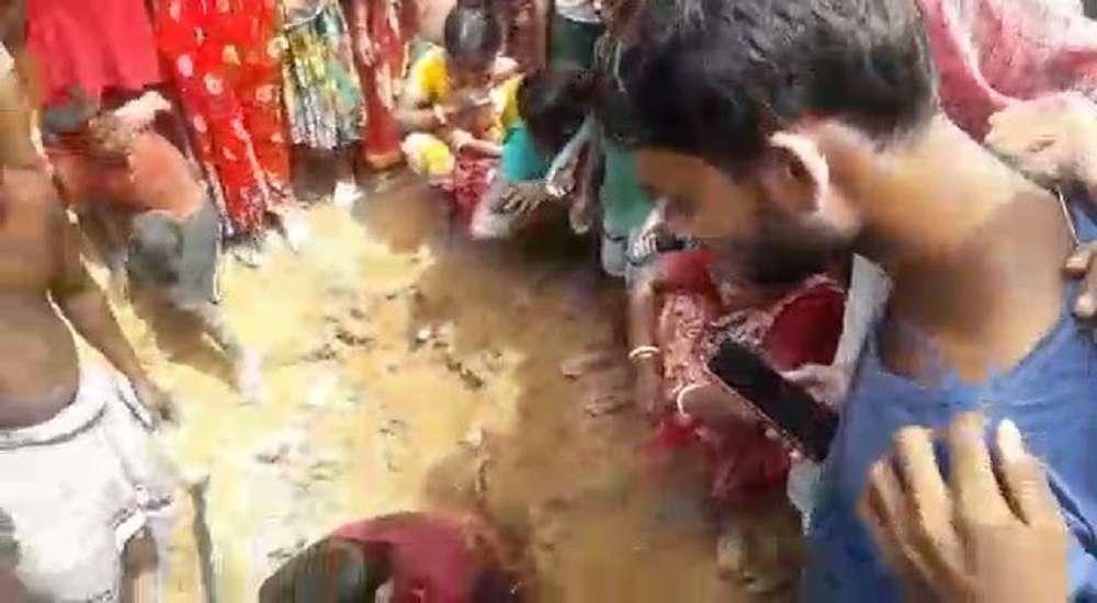 ...जब जमीन से 'प्रकट हुए भगवान', देखें वीडियो...
