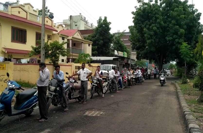Ahmedabad News: अहमदाबाद में पीयूसी लेने के लिए लंबी लाइन, तीन घंटे तक इंतजार