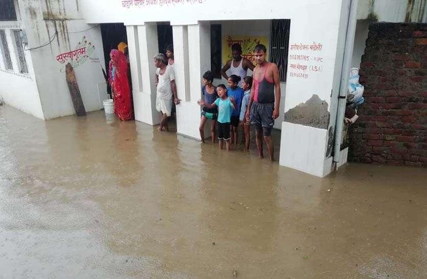 दो घंटे की बरसात से गली-मोहल्लों की सडक़ें हुई जलमग्न, घरों में घुसा पानी