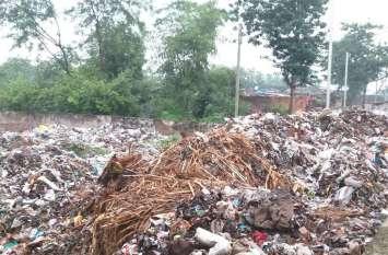 बीच बस्ती में डंप किया जा रहा शहर का कचरा, रहवासियों का बुराहाल