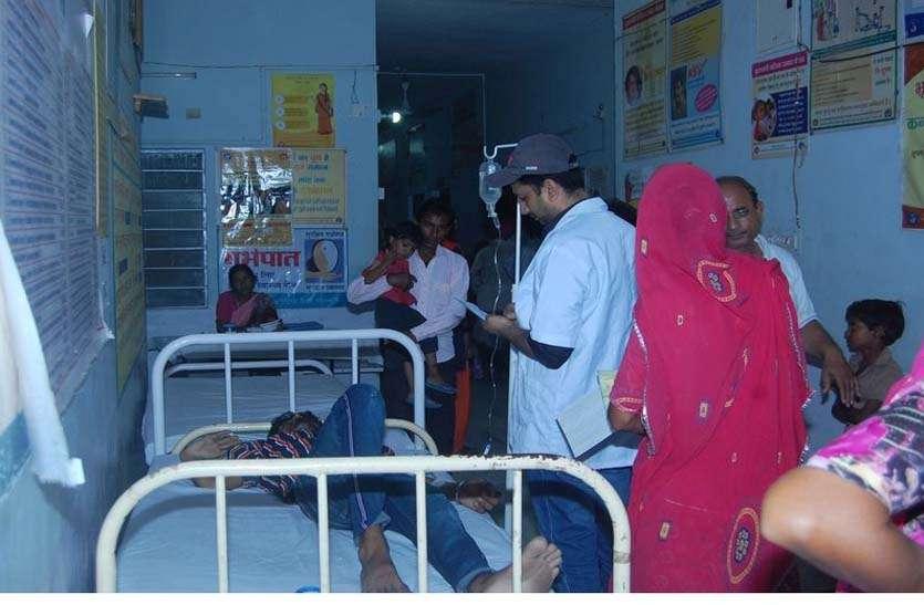 उपचार के लिए कतार में खड़ा मरीज गश खाकर गिरा