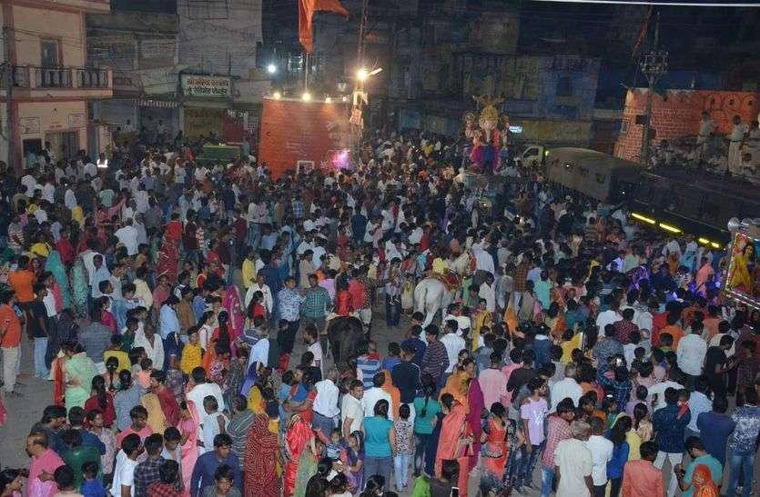 भक्तों का उमड़ा सैलाब, हर तरफ गणपति बप्पा की धूम