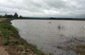 पहली ही बारिश में फू टा ढिलवार गांव में बन रहा एक करोड़ का तालाब