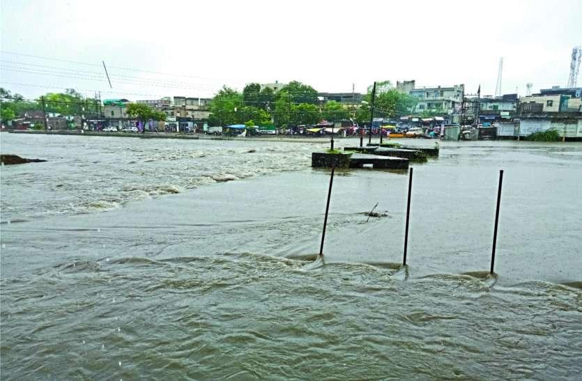 लगातार बारिश के कारण दो हिस्सों में बंट गया यह शहर