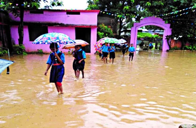 बारिश का पानी स्कूल परिसर में छात्र-छात्राओं को हो रही परेशानी