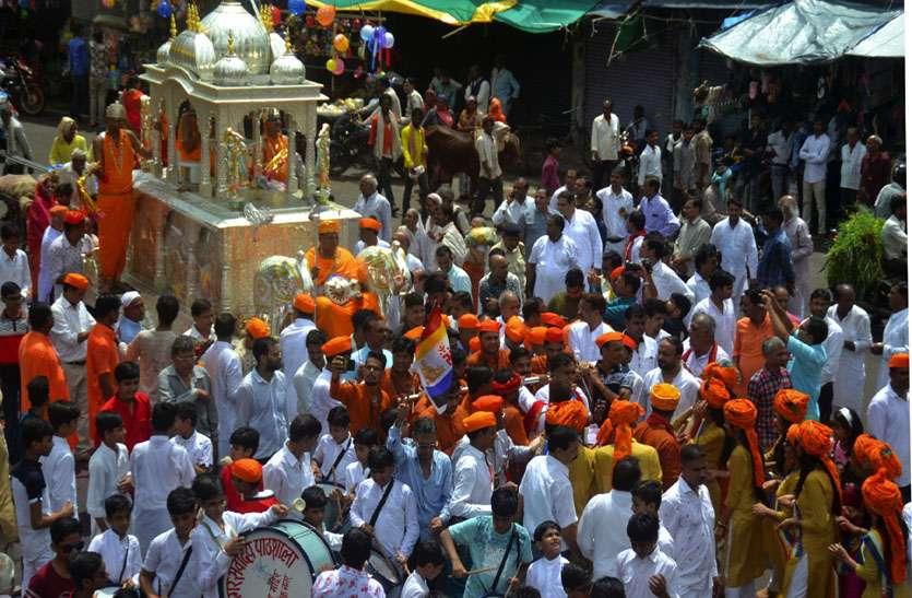 145 किलो चांदी के रथ में नगर भ्रमण पर निकले भगवान, उमड़ा श्रद्धा का जनसैलाव