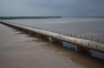 चम्बल नदी उफान पर, पुराना पुल छूने को बेताब, हाइअलर्ट जारी, गांवों में दौड़े अधिकारी
