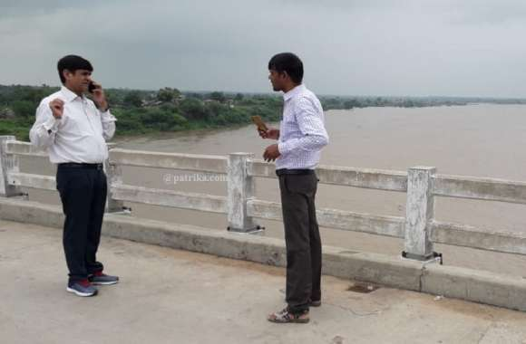 VIDEO: गाँवो का निरीक्षण करने पहुचे कलक्टर, चंबल में कोटा बैराज का पानी छोड़े जाने का मामला