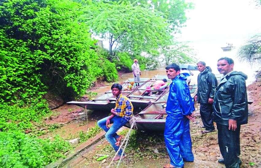 Heavy Rain : टापू बना गांव, राशन-दवाइयों को मोहताज हुए बीमार लोग, नाव से पहुंचे डॉक्टर