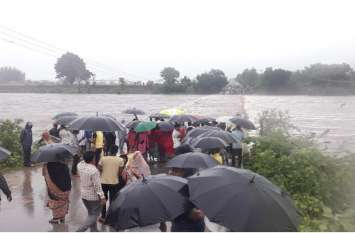 नदी के तेज बहाव के बीच टापू पर फंसे 10 लोग, नवजात बच्ची भी थी शामिल , एनडीआरएफ की टीम ने किया रेस्क्यू