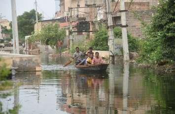क्षेत्र में भरा इतना पानी, लोग घर आने-जाने के लिए कर रहे नाव का उपयोग
