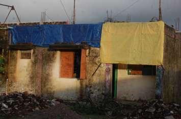 गरीबों के मकानों में अफसरों ने किया भ्रष्टाचार, तीन साल में ही टपकने लगे करोड़ों के आवास