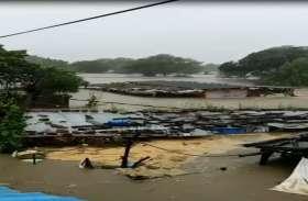 VIDEO मंदसौर में गांव में आया पानी, लोग बचने पहुंचे छत पर