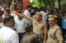 Breaking- अखिलेश यादव से मिलने आए सपाइयों से पुलिस ने कह दी ऐसी बात कि हो गया हंगामा- देखें वीडियो