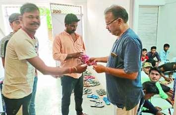 एनएसयूआई के कार्यकर्ताओं ने सरकारी शिक्षकों को कोचिंग न पढ़ाने के लिए दिए गुलाब के फूल