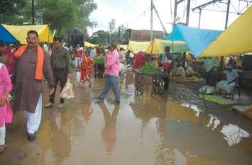 Havy rain : दोपहर बाद आधा घंटा हुई बारिश, बाजार में भरा पानी