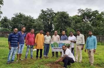 एकता क्लब ने कब्रिस्तान में लगाए फलदार पौधे