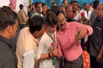 बरकरार है 'महाराज' का 'जादू', इंदौर में सेल्फी लेने के लिए बेताब दिखे लोग