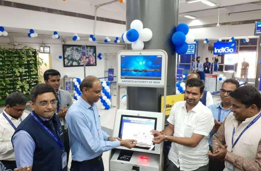 एयर इंडिया के यात्रियों की कतार, निजी एयरलाइंस के यात्री ले रहे बोर्डिंग पास