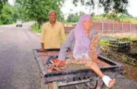 मां के पैर में कांटा चुभा तो बेटा 12 किमी दूर ठेले में बैठाकर अस्पताल ले आया, बोला- मां तकलीफ में थी