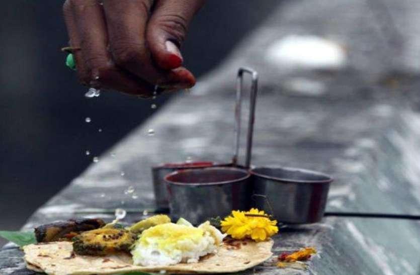 पितृ पक्ष पर कौवों को क्यों कराया जाता है भोजन, जानिए इसका खास महत्त्व