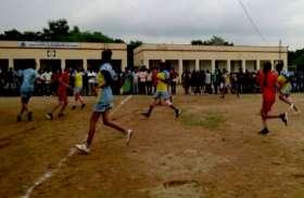 बारिश के कारण किस में स्कूल आनन-फानन में बनाया मैदान