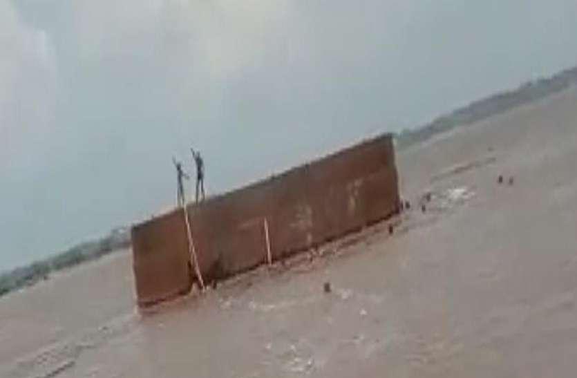 चम्बल के बहाव में बहा निर्माणाधीन रेलवे ब्रिज का कंटेनर, छह लोगों को ग्रामीणों ने बचाया