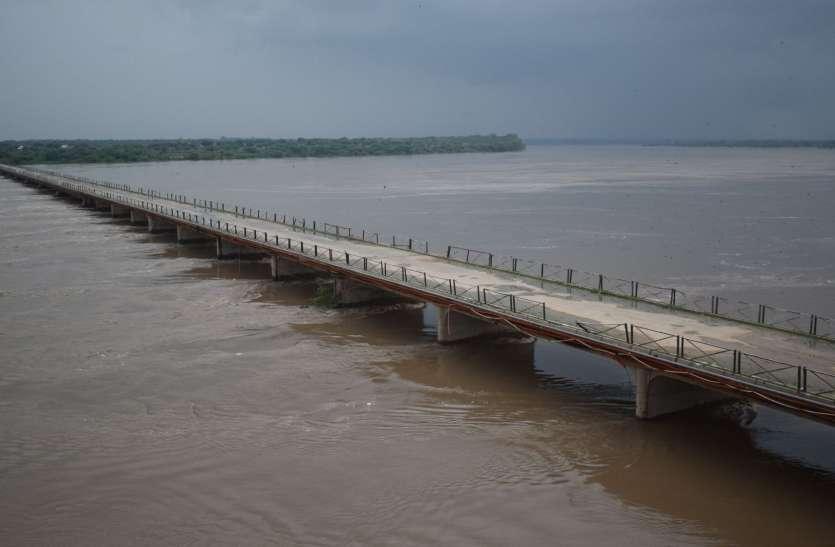 पुराने पुल पर पहुंचा चम्बल का जलस्तर, एक दर्जन गांवों को कटा सम्पर्क, अलवर से बुलाई सेना