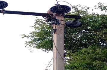 बिजली का खंभा है क्षतिग्रस्त, लोग हो रहे परेशान