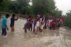 चार दर्जन बच्चों ने गुजारी स्कूल में रात, खाळ में पानी कम होने पर सुबह सभी को भेजा अपने घर