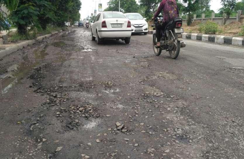 Ahmedabad News: भरे जाने लगे जगतपुर गांव से एसजी हाईवे की रोड़ के गड्ढे