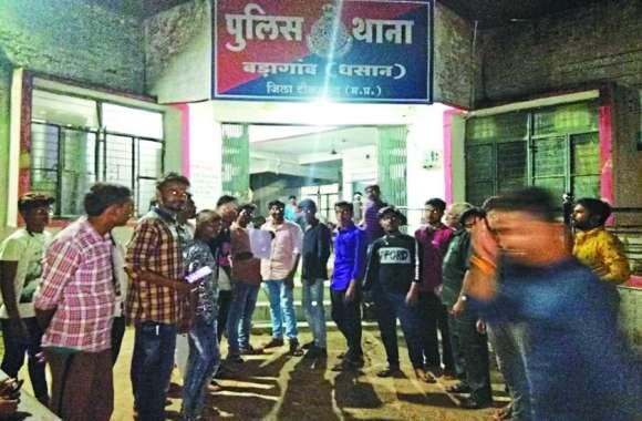 वाहन चेकिंग के दौरान मारपीट, परिजनों ने थाने में किया हंगामा, दो पुलिसकर्मी लाइन अटैच