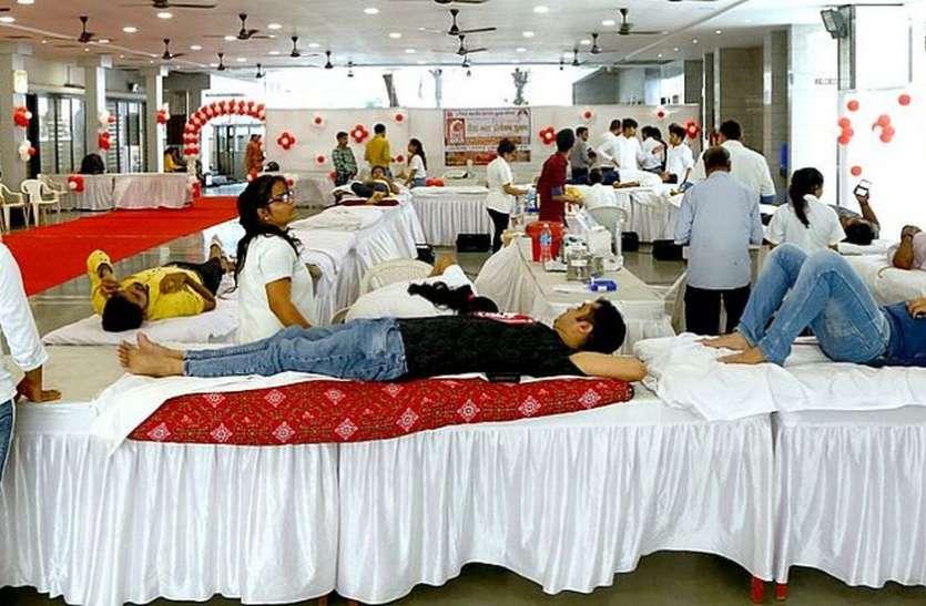 रक्तदान शिविर में आगे आए रक्तदाता