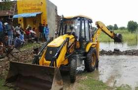 पानी की निकासी को लेकर ग्रामीणों ने जताया विरोध, पुलिस की मौजूदगी में नालों का किया खुलासा