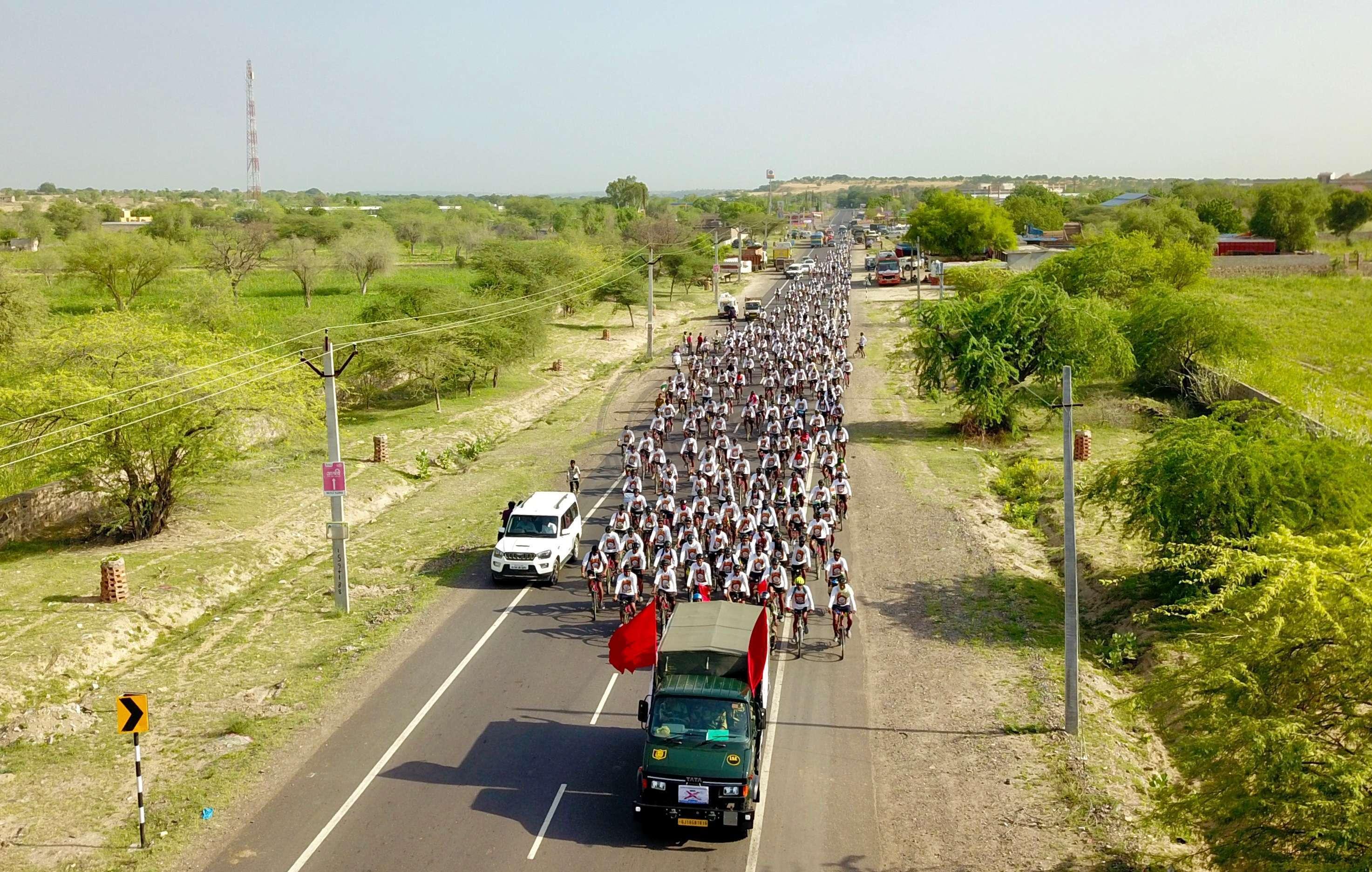 बाड़मेर. महात्मा गांधी की 150वीं जन्मतिथि पर केन्द्रीय अर्धसैनिक बलों की ओर से नशामुक्ति, स्वच्छता एवं अहिंसा को लेकर निकली साइकिल रैली सोमवार को बाड़मेर पहुंची।