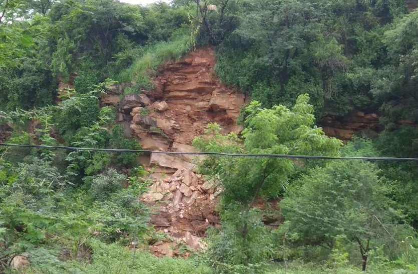 आठ हजार साल पुरानी आदमगढ़ पहाड़ी का एक हिस्सा ढहा