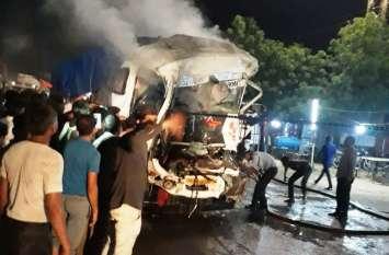 देखते ही देखते आग का गोला बन गए ट्रक, चालक झुलसा  दो ट्रकों में हुई भिड़ंत
