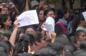 हैदराबाद: गर्ल्स कॉलेज में छात्राओं के शॉर्ट्स-स्लीवलेस पर पाबंदी, हेड ने कहा- लंबे कपड़ों से मिलेंगे अच्छे वर